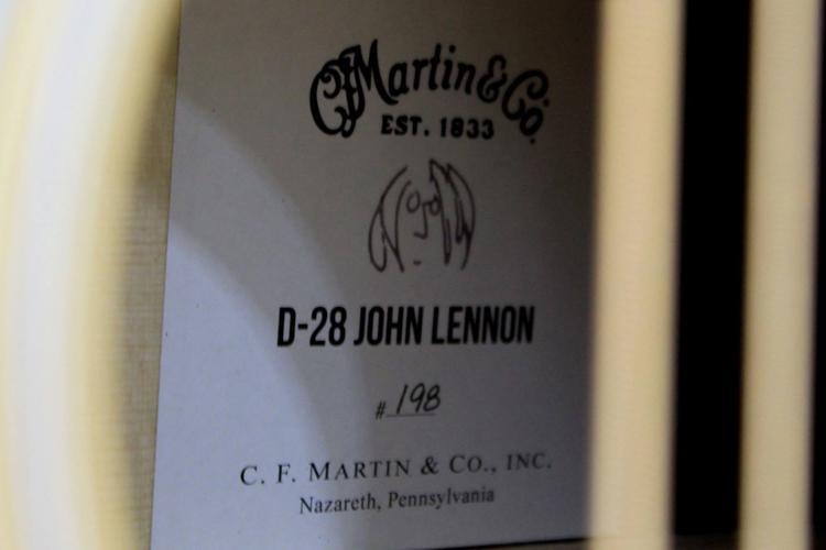 D-28 John Lennon Organigrama - Detalle etiqueta